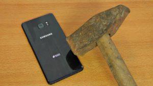 Samsung Galaxy Note 7 test con coltello e martello, come andrà a finire?